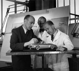 Caption orig.: Werk Sindelfingen, Gruppen, Der Karosserie-Chefkonstrukteur Walter Häcker bei einer Besprechung mit seinen Mitarbeitern am Modell 1:10 des MB 190 SL, März 1955.