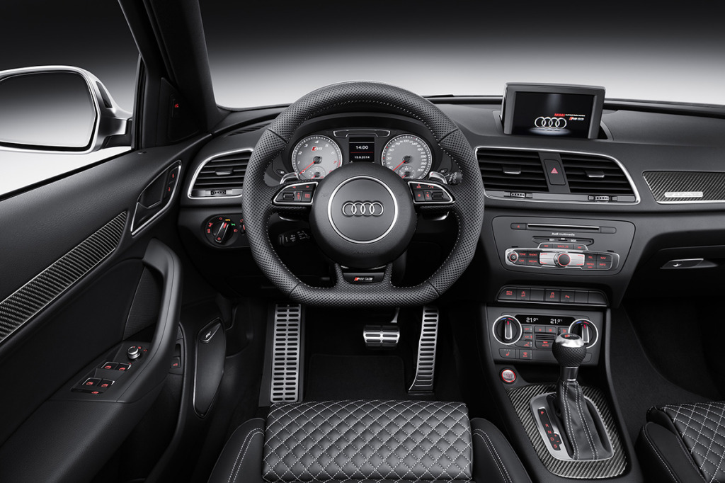 Interiorul noului Audi RS Q3 este tipic gamei RS și arată foarte-foarte bine.