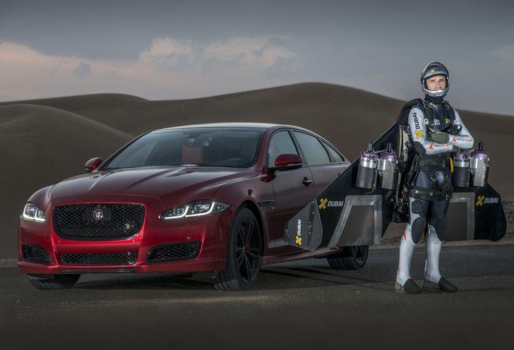 """Jaguar XJR s-a întrecut cu """"Jetman"""", omul zburător (VIDEO)"""