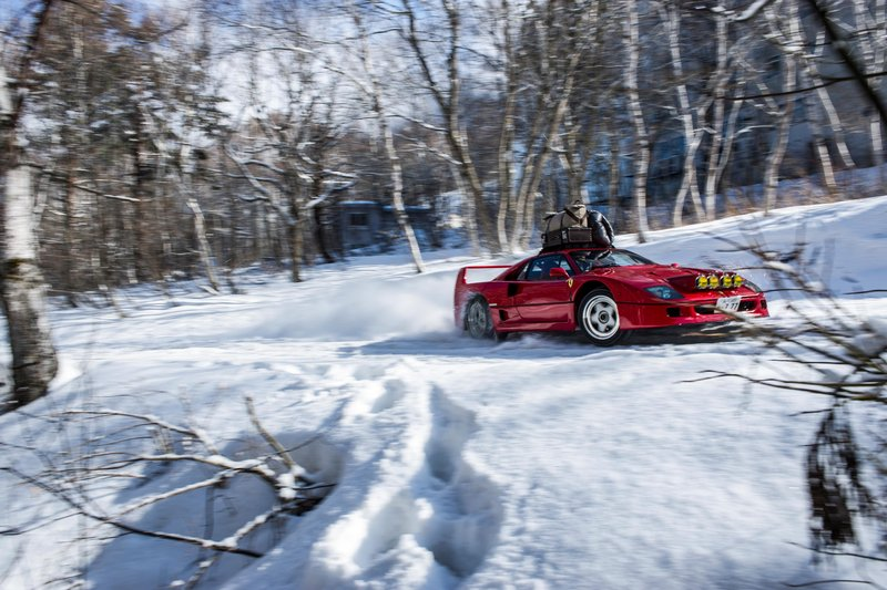 une-ferrari-f40-dans-la-neige-en-forêt