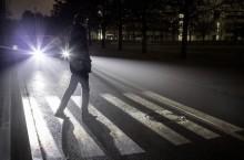 Farurile digitale Mercedes-Benz proiectează pe șosea zebre pentru pietoni și indicatoare rutiere