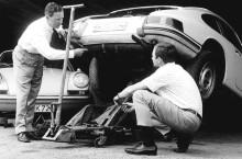 Ferry și fiul său Ferdinand Alexander lucrând la unul dintre prototipurile Porsche 901.