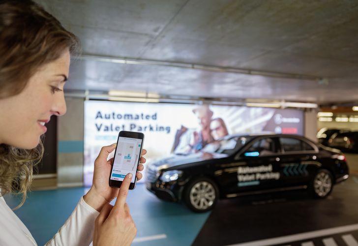 Bosch und Daimler zeigen fahrerloses Parken im realen Verkehr: Weltpremiere im Parkhaus des Mercedes-Benz Museums