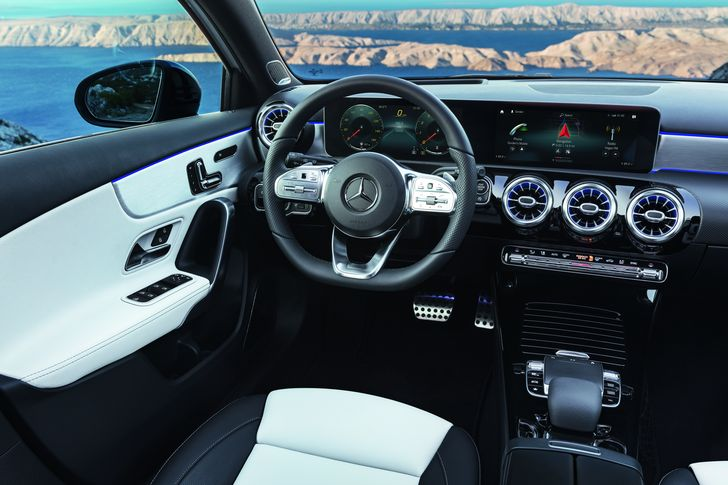 Mercedes-Benz A-Klasse. Interieur: AMG Line nevagrau/schwarz, Exterieur: Digital white pearl Mercedes-Benz A-Class. Interior: AMG Line nevagrey/black, Exterior: Digital white pearl